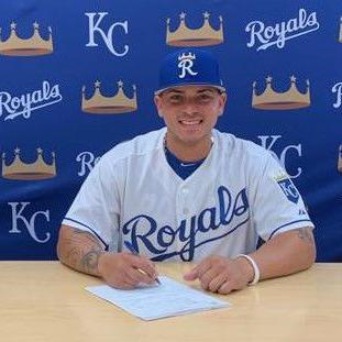 Kansas City firma a joven receptor boricua