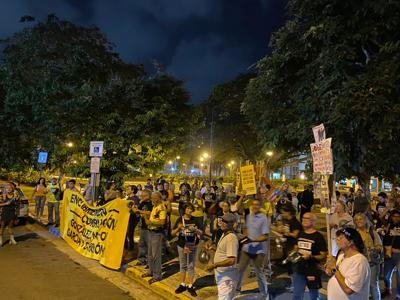 Pensionados piden la renuncia de presidente de la junta a cacerolazo limpio
