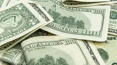 Banco deposita por error millones de dólares a mujer en Texas