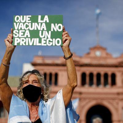 Miles de argentinos protestan por privilegios de vacunación