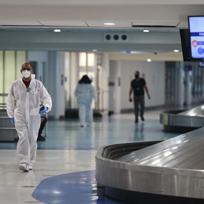 Familia toma custodia de hijo de turista que agredió agentes en el aeropuerto