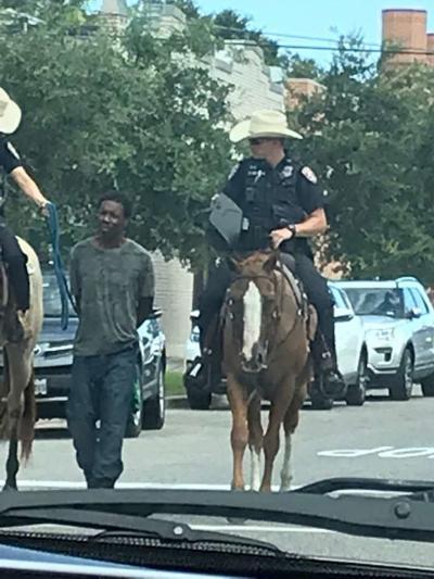 Policía de Texas se disculpa por viral imagen de hombre esposado