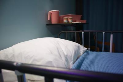 Hombre despierta de coma causado por Covid y cancela su propio funeral