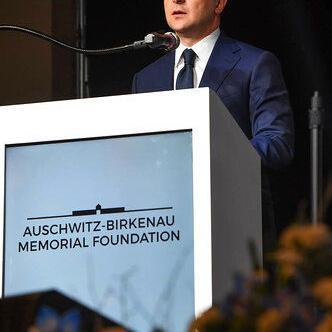 Zelenskiy rinde homenaje a sobrevivientes del Holocausto