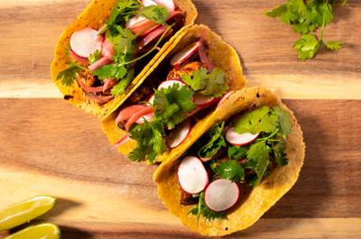 Honran la gastronomía mexicana con tacos y mezcal