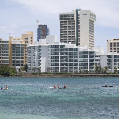 Agentes municipales rescatan tres turistas en playa de Condado