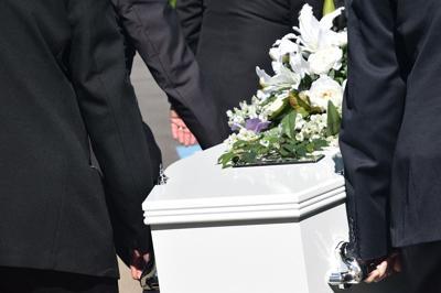 Por un error, asistentes de funeral comen pastel con hachís