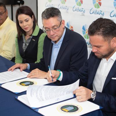 CooPACA firma acuerdo con ayuntamiento de Cataño