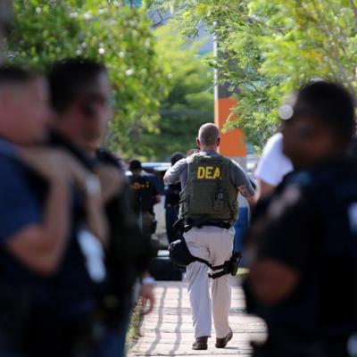 Ocupan drogas y armas en medio de búsqueda de prófugo federal