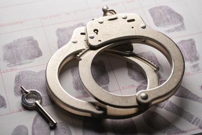 Arrestan a hombre por posesión de pornografía infantil
