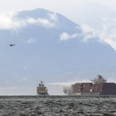 Las autoridades de Canadá atienen incendio en un buque