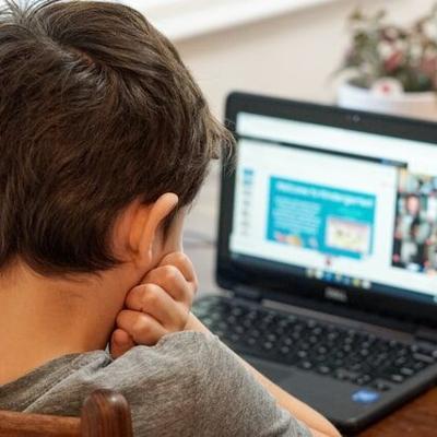 Denuncia conducta inapropiada de padres durante clases virtuales