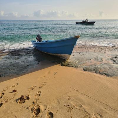 Encuentran embarcación en Playa Escondida en Manatí