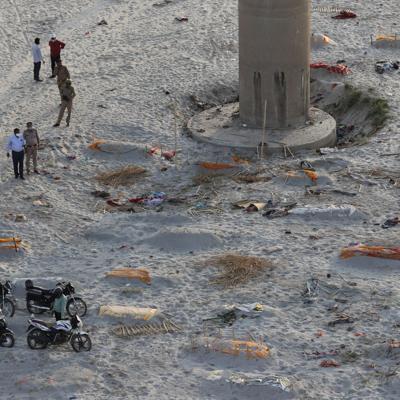 Policía india encuentra cuerpos en ríos en brote de covid-19