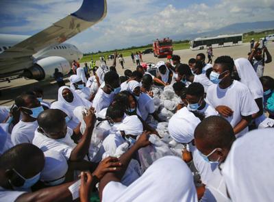 Haitianos deportados de Estados Unidos tratan de subirse de nuevo a avión