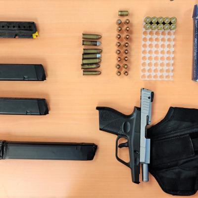 Dos arrestados por operativo en residencial de Arecibo