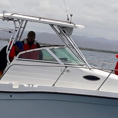 Rescatan a pasajeros de embarcación averiada en Caja de Muertos