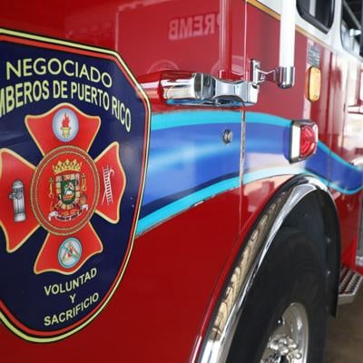 Bomberos intentan apagar incendio en edificio en San Juan