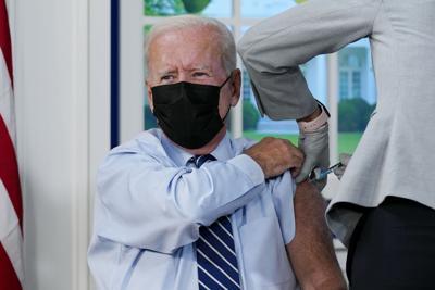 El presidente Joe Biden y el senador McConnell reciben sus vacunas de refuerzo contra el covid-19