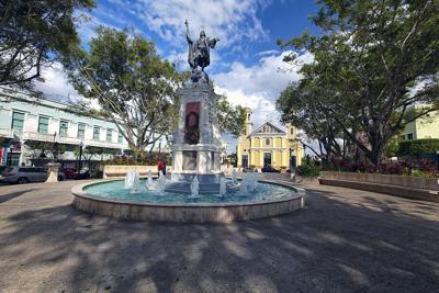 La Plaza Colón en Mayagüez se convierte en una biblioteca al aire libre