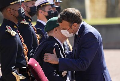 El presidente de Francia revive la tradición de saludar de beso en la mejilla