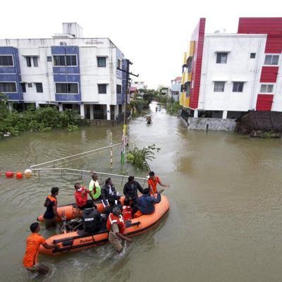 Ciclón inunda calles y deja sin luz partes del sur de India