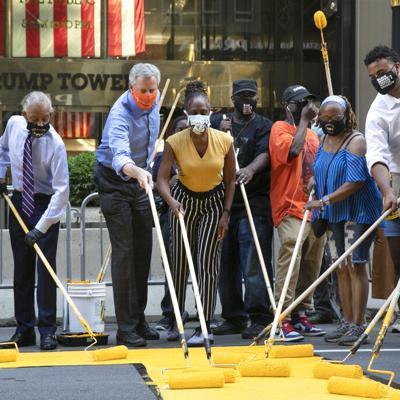 """Alcalde de NY pinta """"Black Lives Matter"""" frente a Torre Trump"""