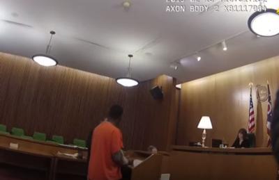 Hombre golpea a su abogado tras ser condenado a 45 años de prisión