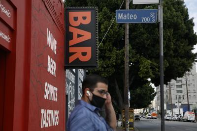 California cierra bares y restaurantes por brote del virus