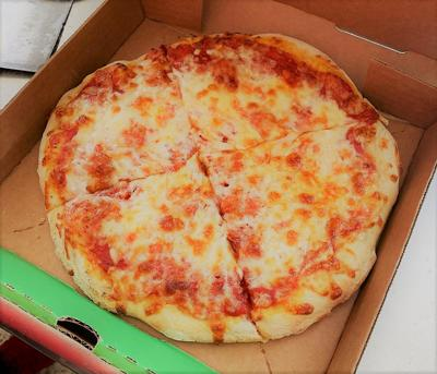 Hombre se defiende de asalto con una pizza