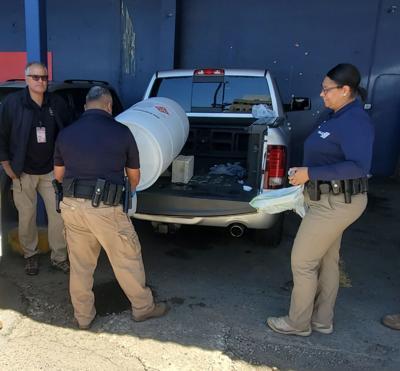 Miembros de la Policía reciben alcohol etílico para prevención del Covid-19