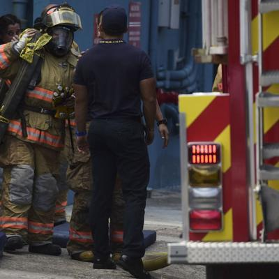 Hombre golpea a bomberos por tardar mucho para apagar incendio