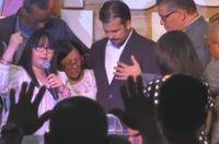 Gobernador asiste a culto de iglesia en San Juan