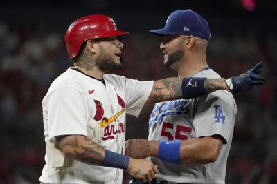Yadier Molina recibe con un abrazo a Albert Pujols en su regreso a San Luis