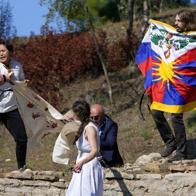 Activistas irrumpen en el encendido de la llama olímpica de los Juegos de Invierno en China