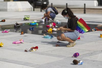 Dejan juguetes rotos frente al Capitolio ilustrando el efecto de terapias de conversión