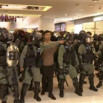 Hong Kong: Policía lanza gases lacrimógenos a manifestantes