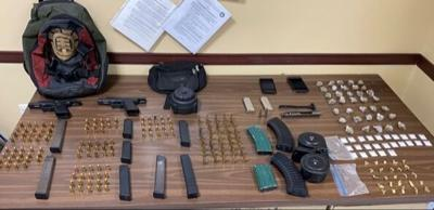 Detienen a un sujeto con armas, cargadores y sustancias controladas en Ponce