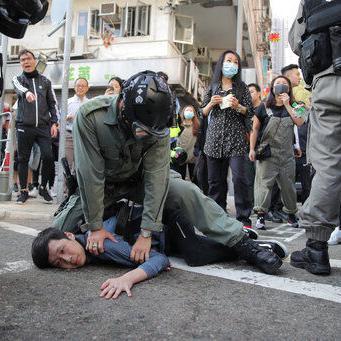 Policía de Hong Kong le dispara a un manifestante