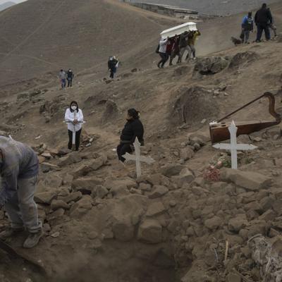 Familias en Perú entierran a más de un muerto por coronavirus