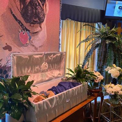 Pastor realiza funeral extravagante para su perrito