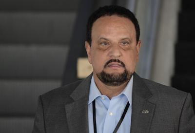 Arnaldo Claudio entre investigadores de incidente en el Capitolio federal