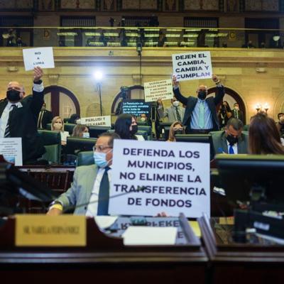 Legisladores penepé critican las pancartas