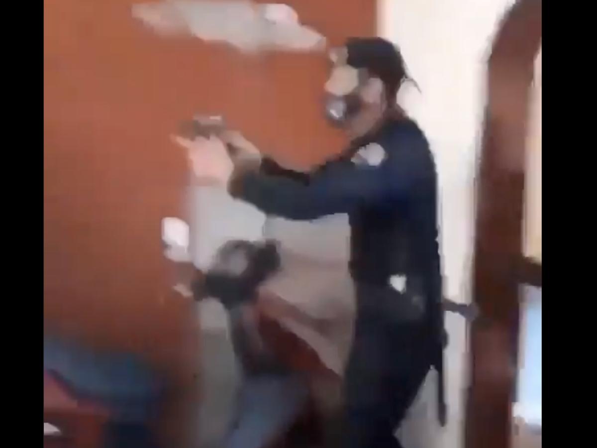Un video denuncia que policías allanaron una residencia y le dispararon a un  hombre en Cuba | El Mundo | elvocero.com