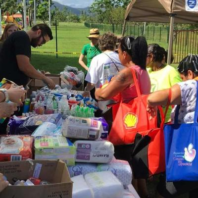 Recogen alimentos para familias necesitadas