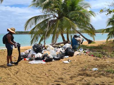 Jóvenes limpian las playas de Loíza
