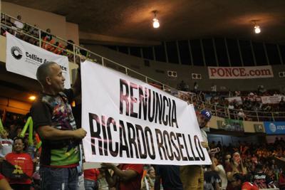 Fanáticos protestan contra Ricardo Rosselló en el cuarto juego de la serie final del BSN
