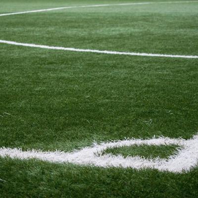 Asignan fondos parar mejorar parque de fútbol en residencial público