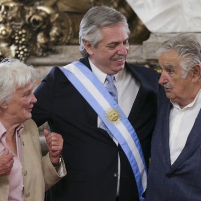 """Alberto Fernández condecora al exmandatario uruguayo José """"Pepe"""" Mujica con máxima distinción argentina"""