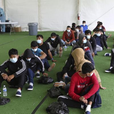 Migrantes menores alojados en albergues sin supervisión